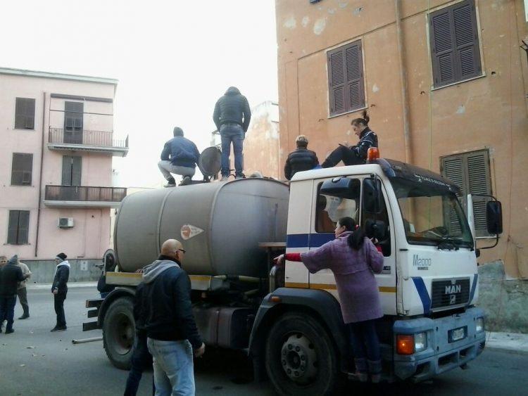 Piazzale Torraca ancora a secco: i cittadini bloccano un'autobotte