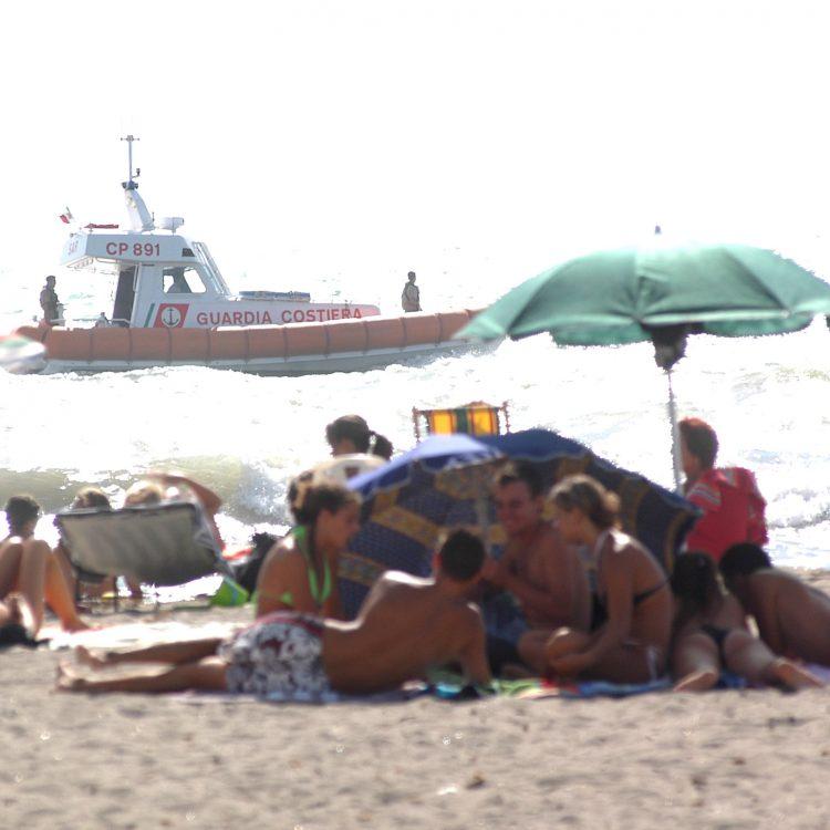 Mare mosso e vento, domenica di gran lavoro per la Guardia costiera