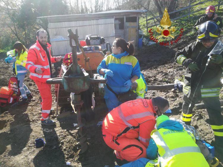 Resta incastrato nel trattore: 70enne trasferito in elicottero al Gemelli