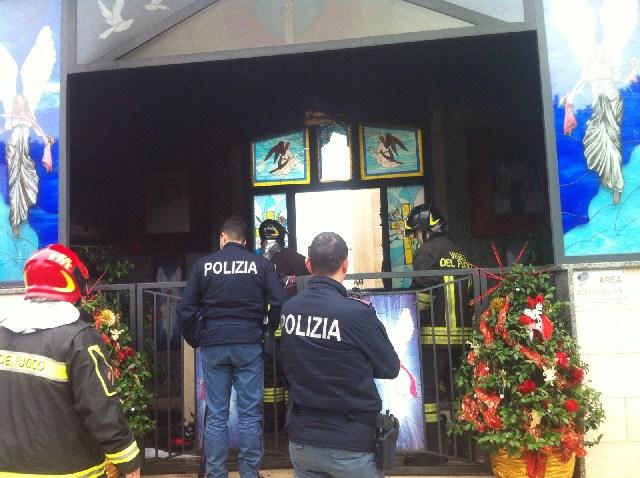 Cappella in fiamme al cimitero nuovo