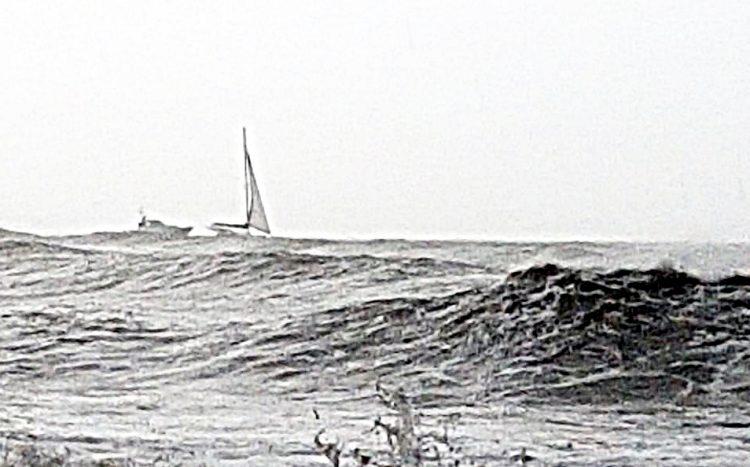 Maltempo, salvati da un naufragio