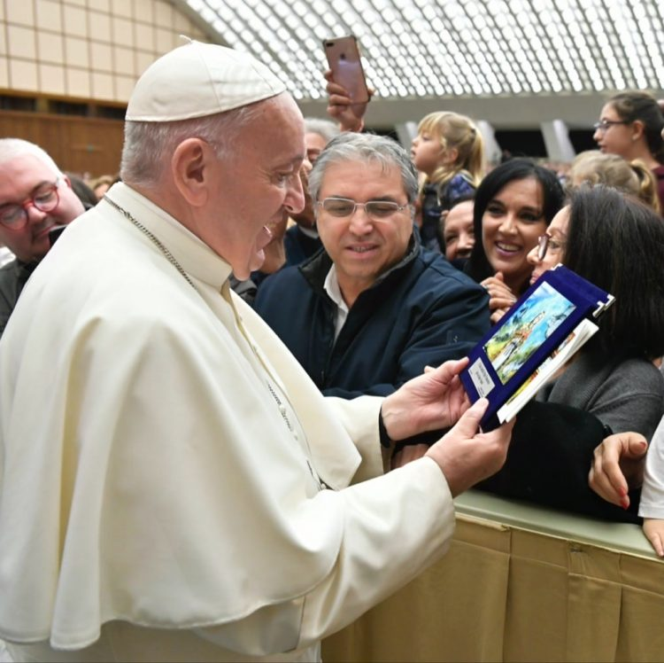 Papa Francesco omaggiato dalla targa-opera di Ombretta Del Monte