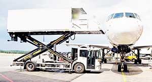 Incidente all'aeroportoragazza investitada un catering truck