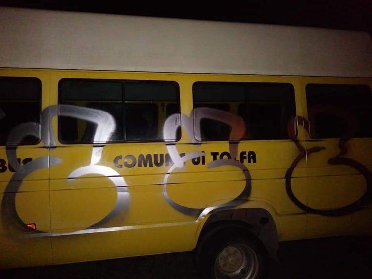 Scritte vandaliche sullo scuolabus: mamme indignate