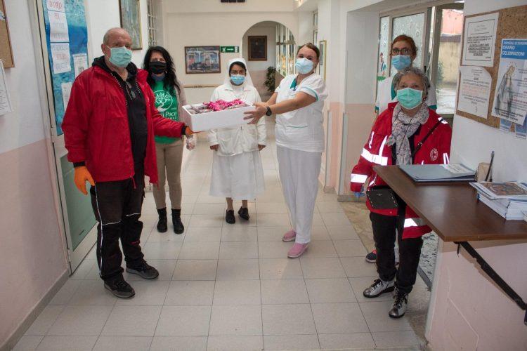 Semi di pace e Croce rossa consegnano gelati a forze dell'ordine e casa di riposo