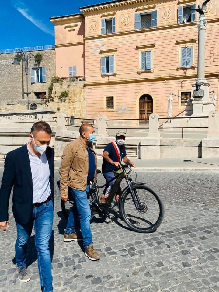 In bici da Divignano per restituire 600 euro al premier Conte: il sindaco Bacchetta fa tappa anche a Tarquinia