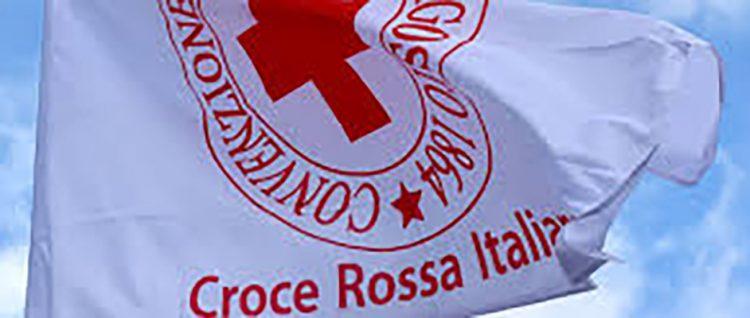 Croce rossa, a Santa Marinella bandiera esposta nella sede comunale e castelletto illuminato di rosso