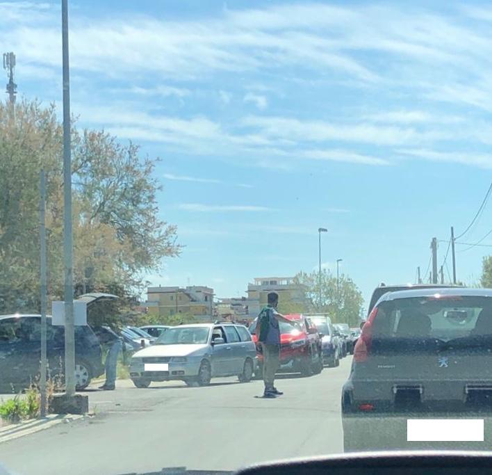 Ladispoli, troppi utenti in coda: caos all'isola ecologica