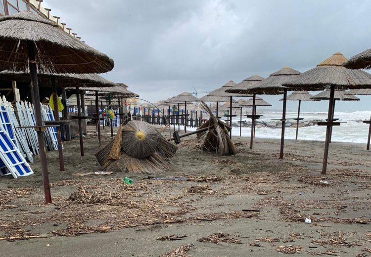 Ladispoli, la mareggiata spazza via gli stabilimenti
