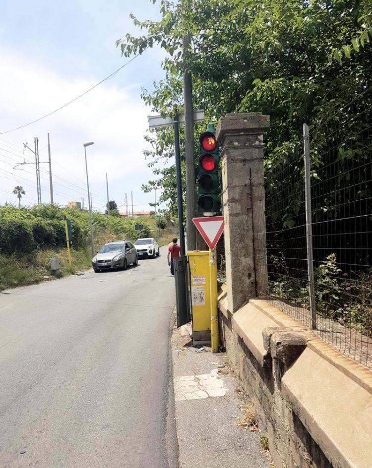 Torna a funzionare il semaforo di via Valdambrini