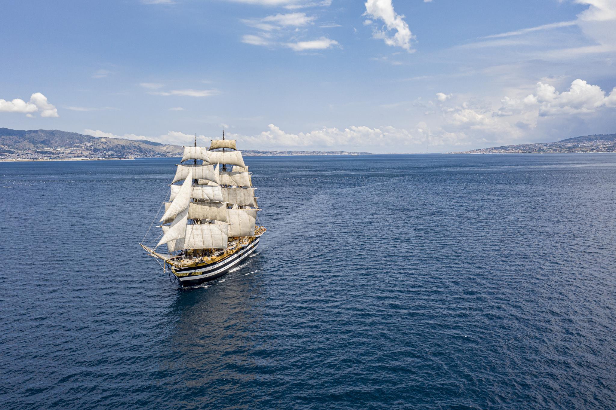 L'Amerigo Vespucci attraccata nello scalo marittimo civitavecchiese