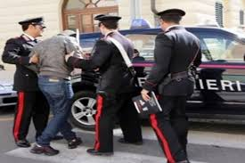 Litiga con il padre, scende in strada con un coltello e minaccia i Carabinieri: arrestato