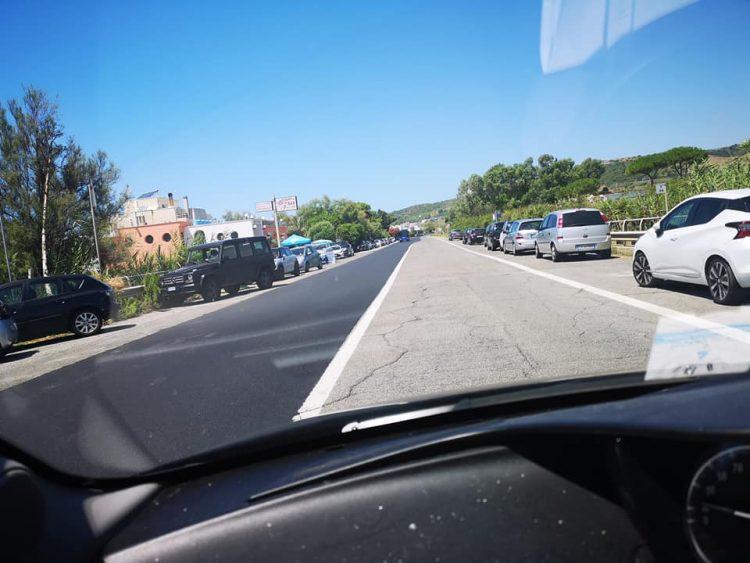 «Raffica di multe lungo l'Aurelia: ci vogliono far parcheggiare nell'area a pagamento»