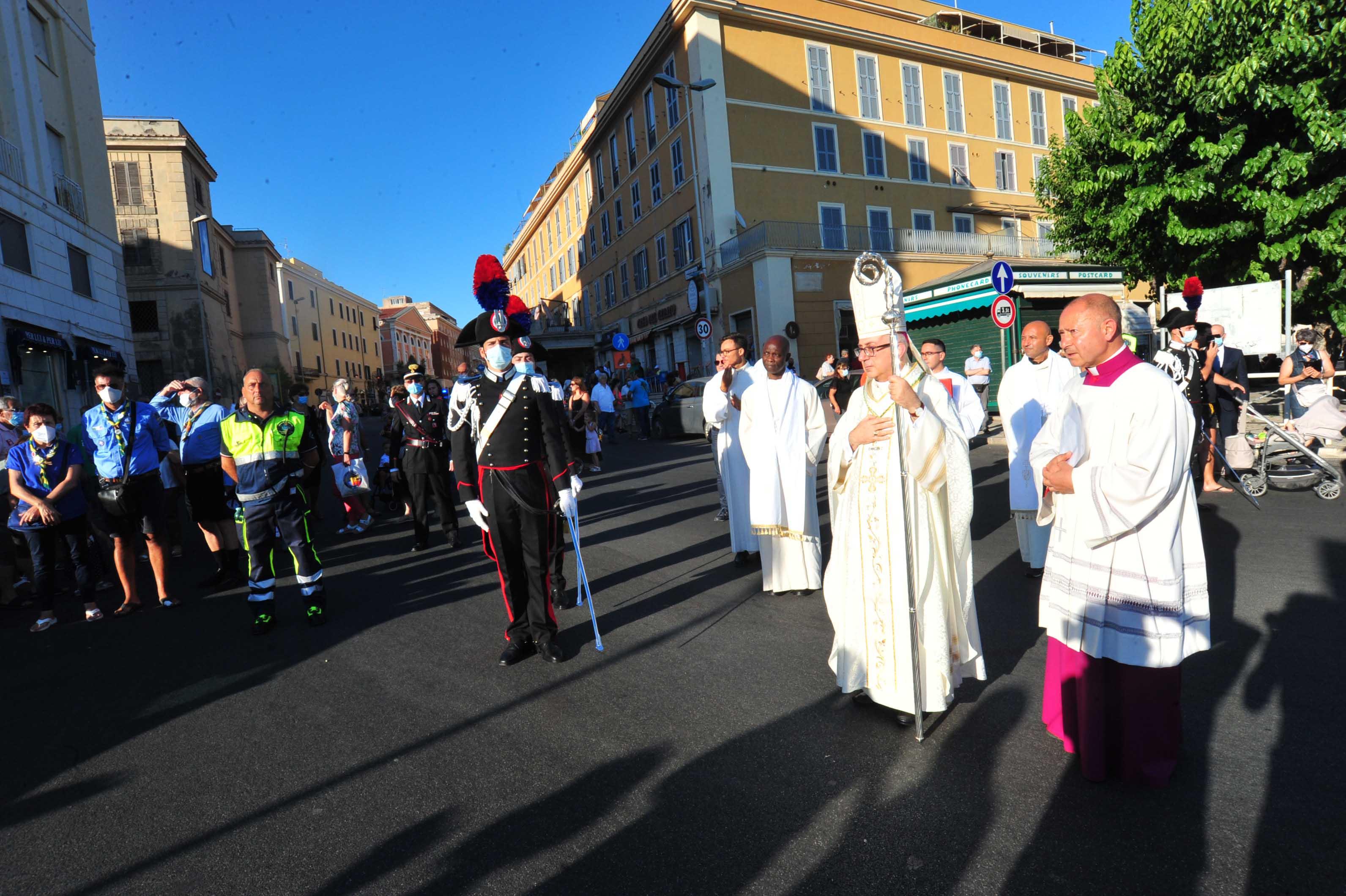 Il primo messaggio del Vescovo: «Una chiesa che rinuncia alla mondanità per ascoltare la sofferenza degli uomini»