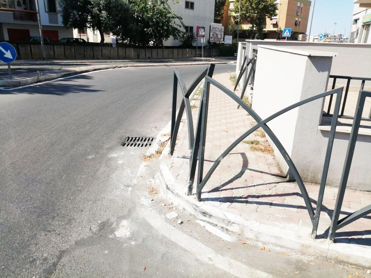 Danni alla rotatoria di via Morandi, verifiche in corso