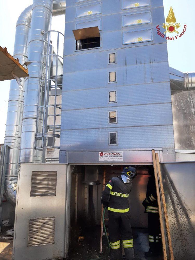 Civitavecchia, in fiamme silos falegnameria in zona industriale