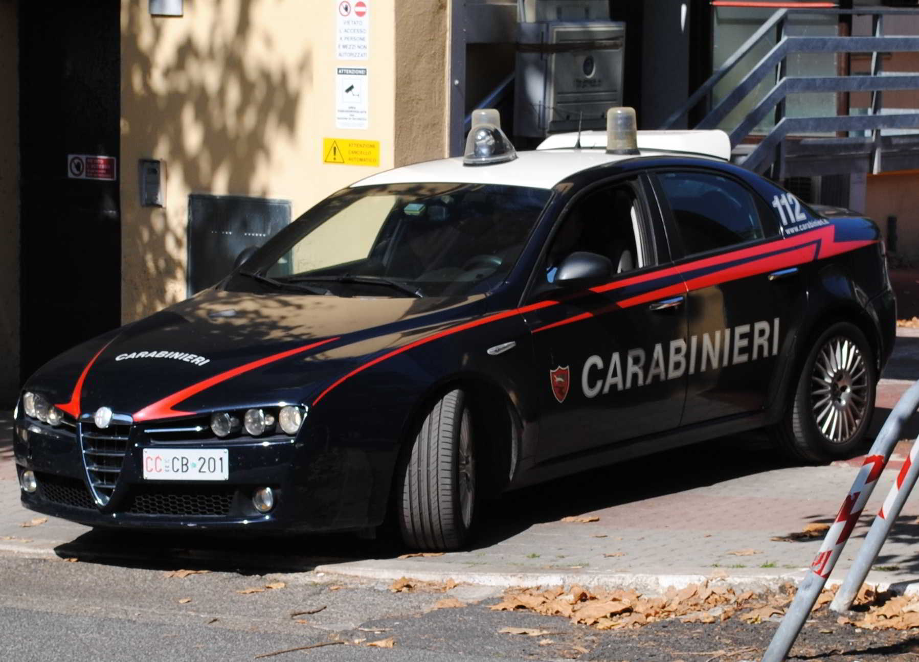 Nigeriano rapina un giovane e aggredisce i Carabinieri intervenuti: arrestato
