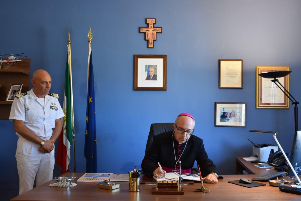 Monsignor Gianrico Ruzza in visita alla Capitaneria di porto di Civitavecchia