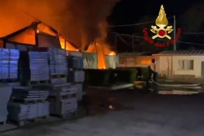 In fiamme deposito di pneumatici ad Ardea
