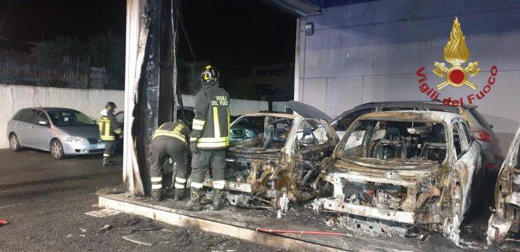 Quattro auto in fiamme da Mussoni