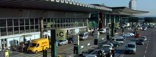 Vigile aggredito in aeroporto, sindacati      e associazioni: «Più dialogo e più sicurezza»