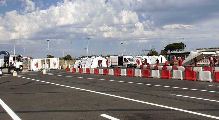 Covid-19: nel parcheggio dell'aeroporto  il più grande centro drive-in test d'Italia