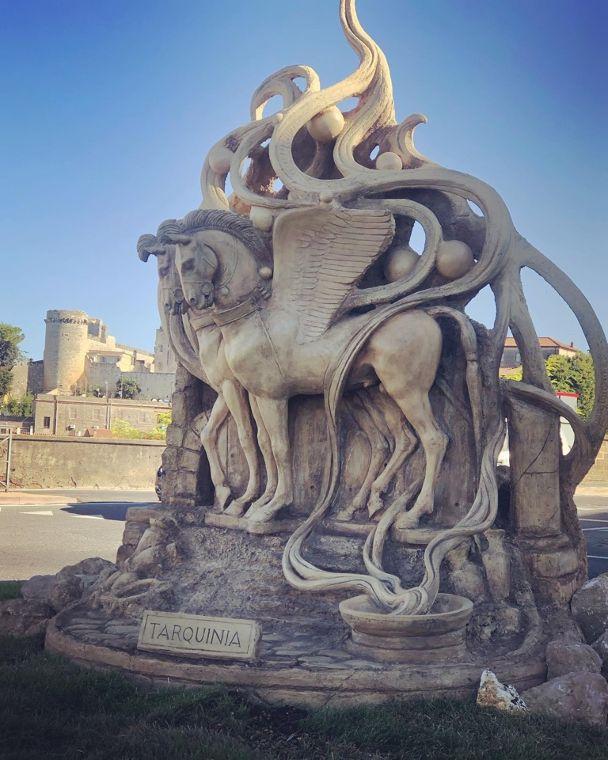 Tarquinia si arricchisce di una nuova opera d'arte: i cavalli alati realizzati da Patrizio Zanazzo
