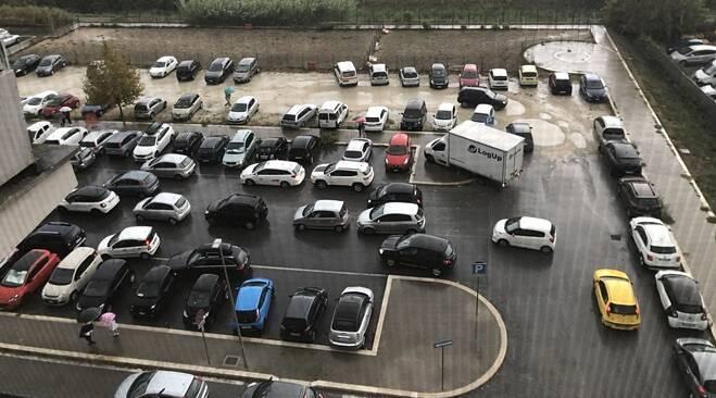 «Basta ingorghi a scuola,      serve un parcheggio»