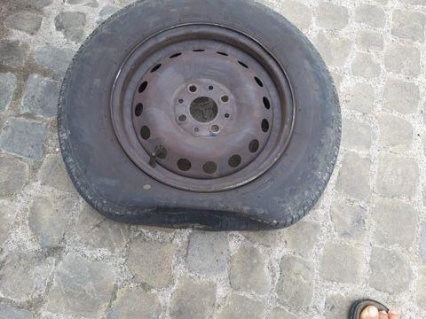 Vandali in azione nel centro storico: danneggiate le ruote delle auto