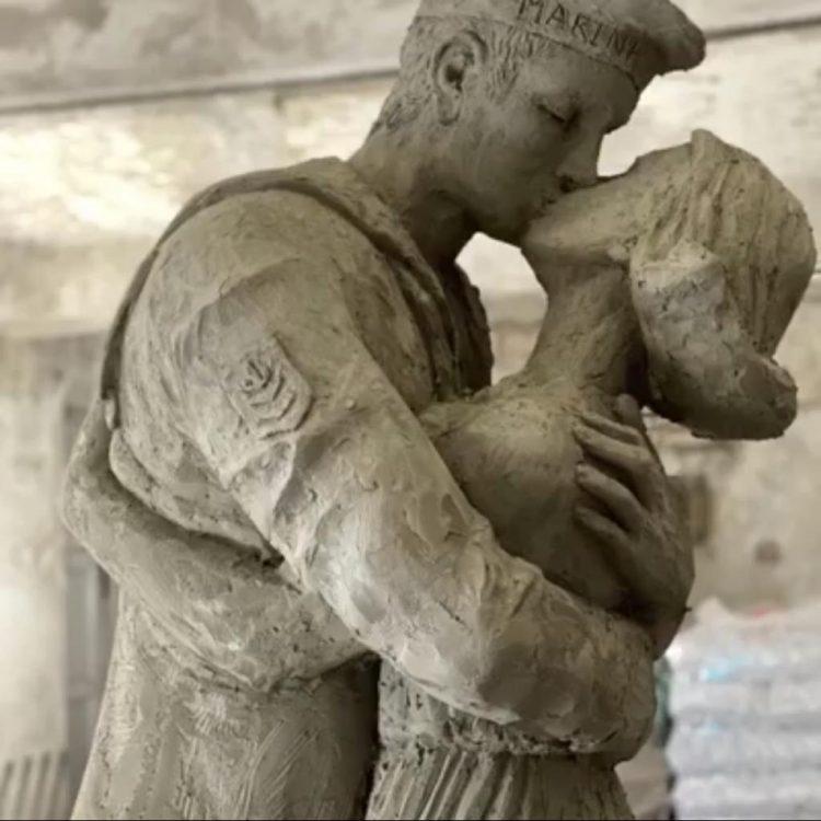 """""""La nuova statua del bacio ci piace"""""""