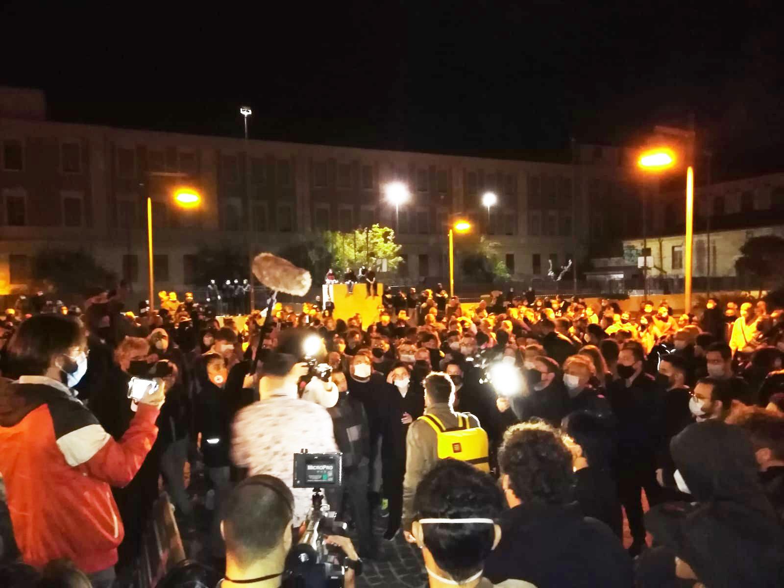 Oltre 200 tra cittadini e commercianti in piazza per dire no alle restrizioni