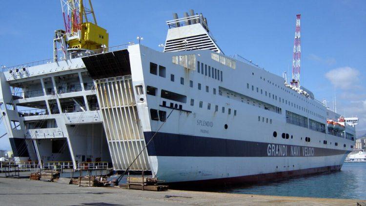 Grandi Navi Veloci lascia il porto di Civitavecchia