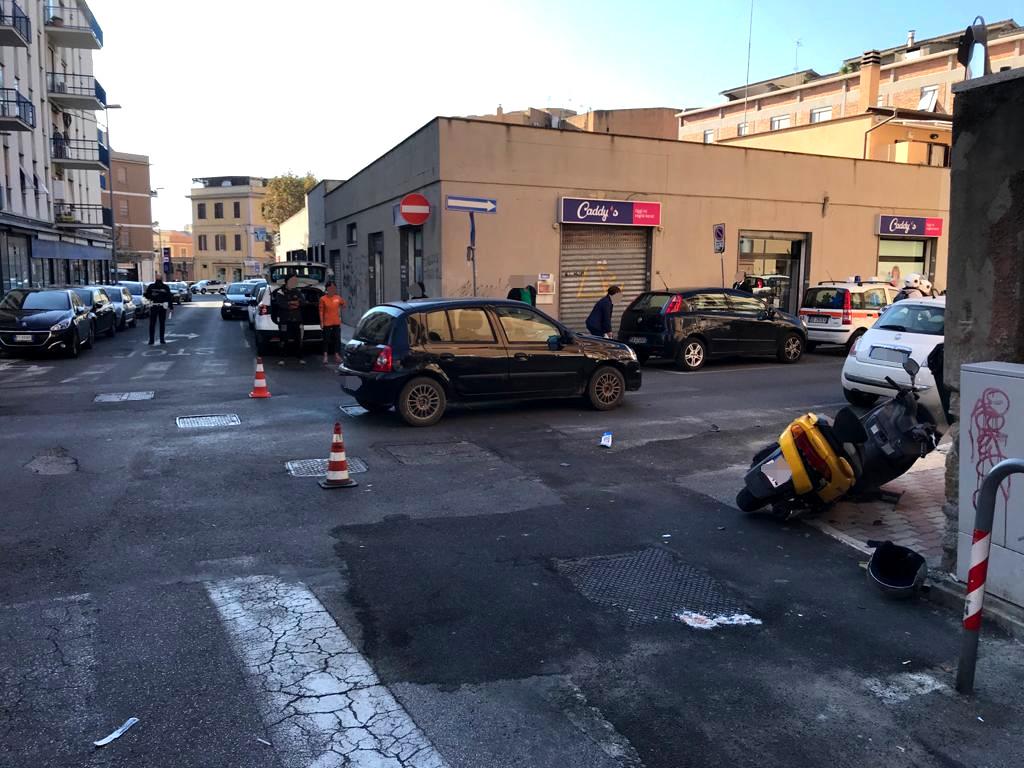 Auto contro moto: donna ferita gravemente