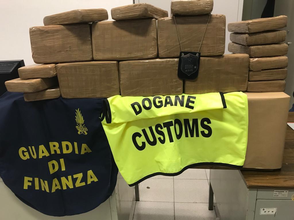 Droga nella bananiera: sequestrati 120 chilogrammi di coca
