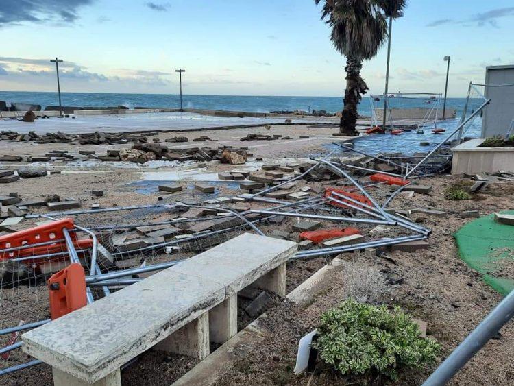 La Marina spazzata via dalla mareggiata