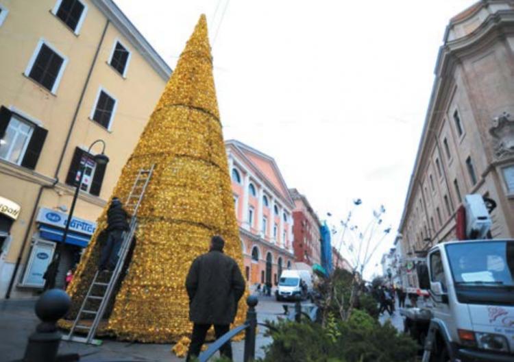 Corso Centocelle si illumina in vista delle festività: installato l'albero di Natale