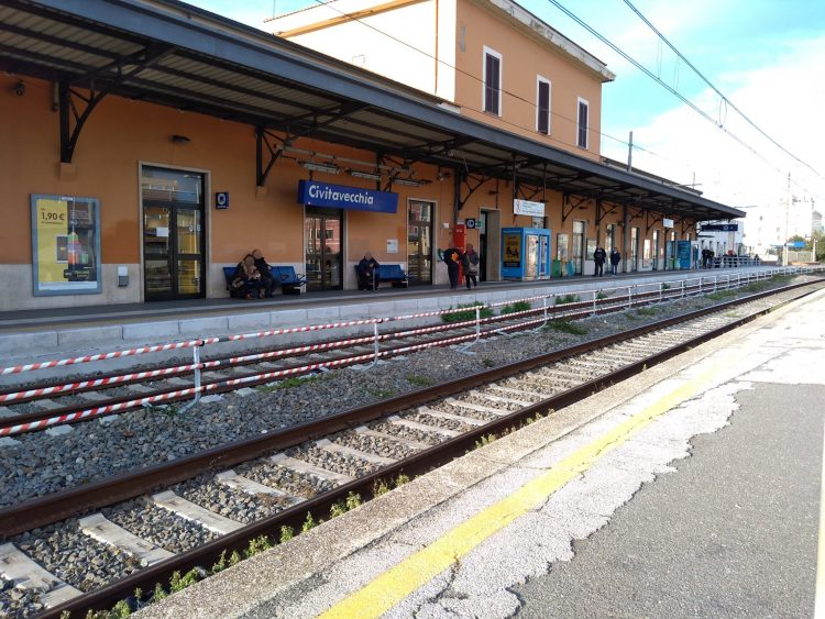 Stazione ferroviaria, pensiline in fase  di ultimazione