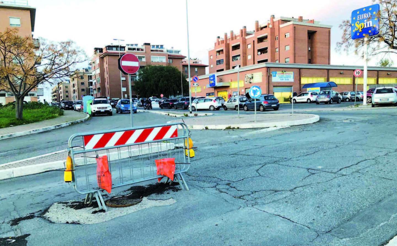 """Via della Polveriera: buche e transenne da mesi. Residenti infuriati: """"Tedesco come Cozzolino"""""""