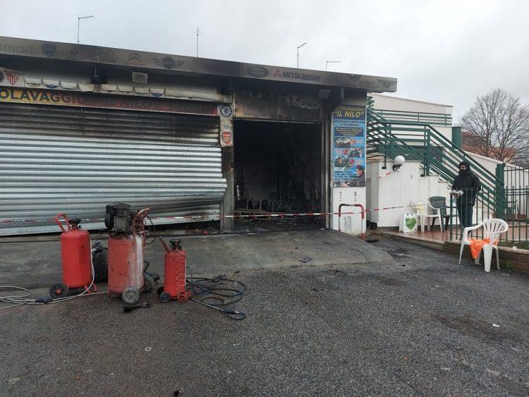 Autolavaggio distrutto dalle fiamme