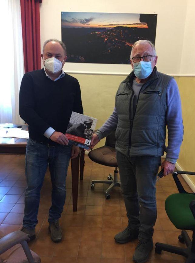 """""""La dolce vita di Fellini e Catozzo"""",     donato il libro al sindaco Landi"""
