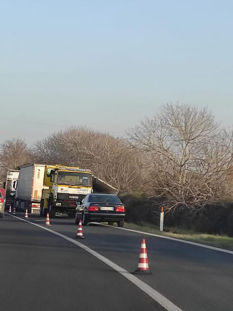 Camion fuori strada lungo l'Aurelia