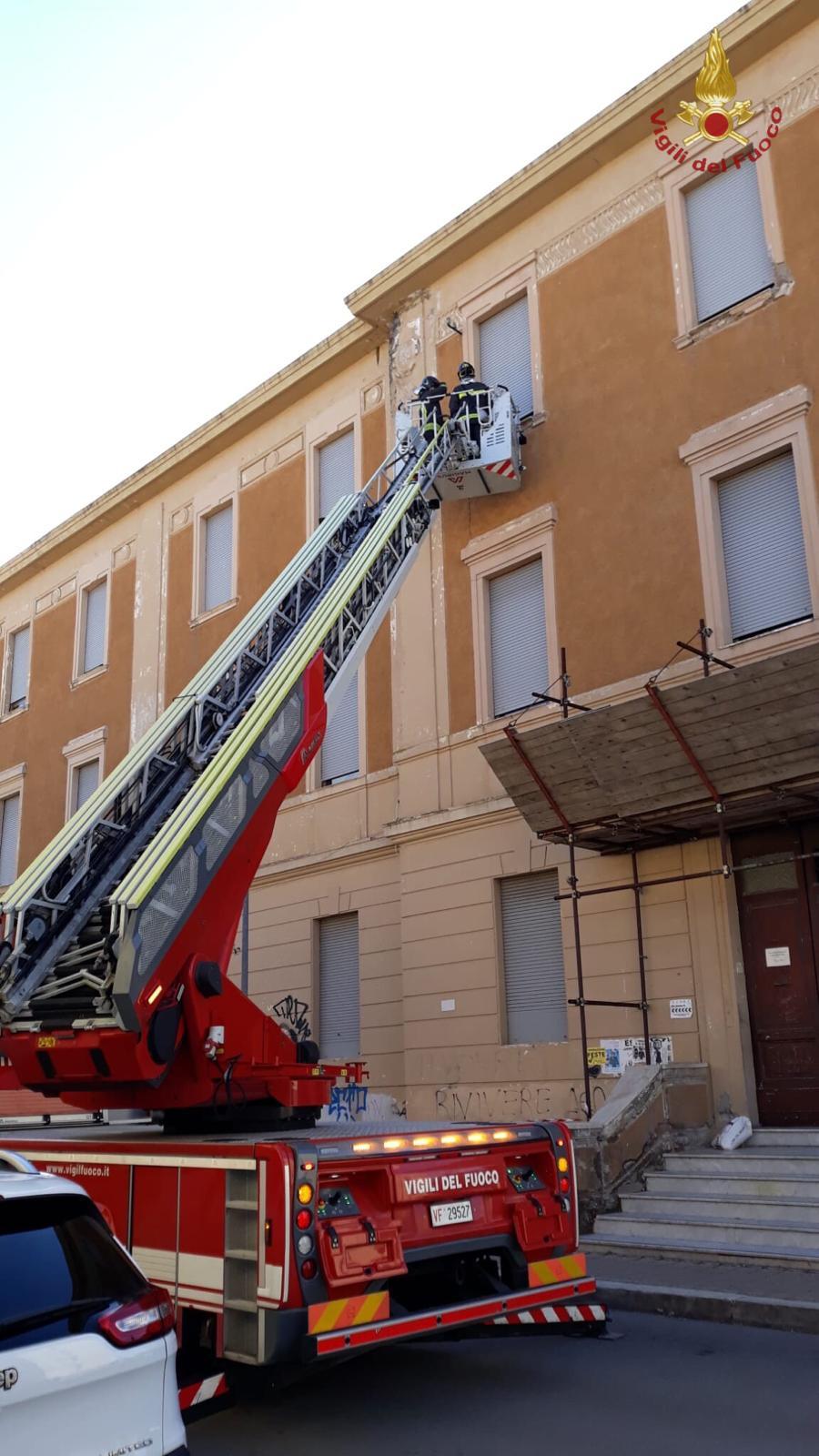 Pericolo cornicioni alla scuola Cialdi: intervento dei Vigili del fuoco