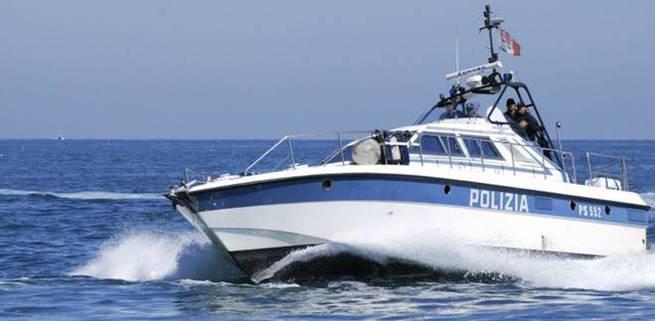Barca finisce  contro gli scogli:  pescatore 80enne  salvato dai poliziotti