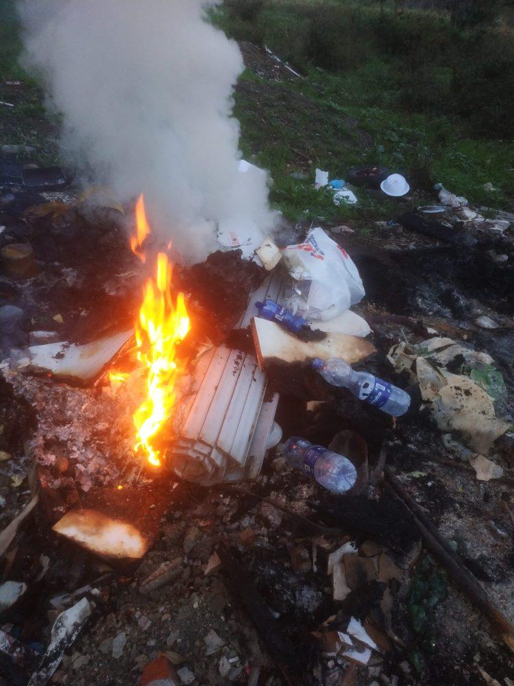 Bruciano rifiuti speciali in un campeggio: denunciati