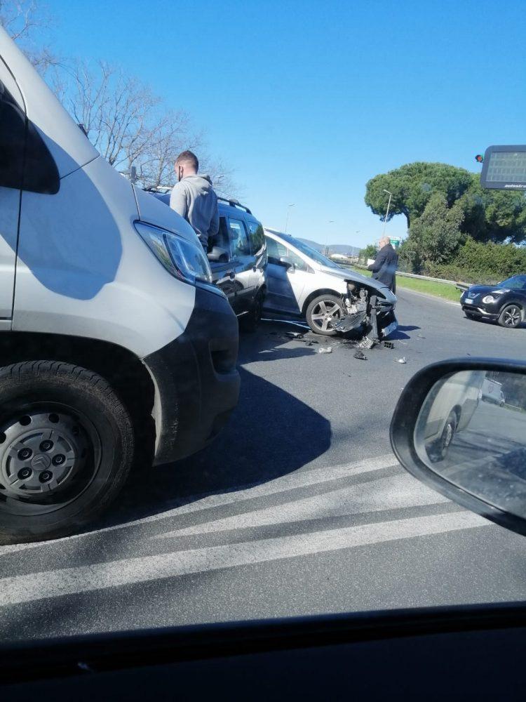 Incidente all'imbocco della A12 sulla Settevene Palo
