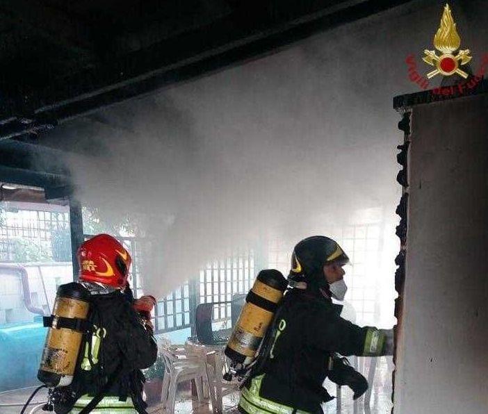 Santa Marinella, incendio in via Pirandello: danni alle strutture in legno