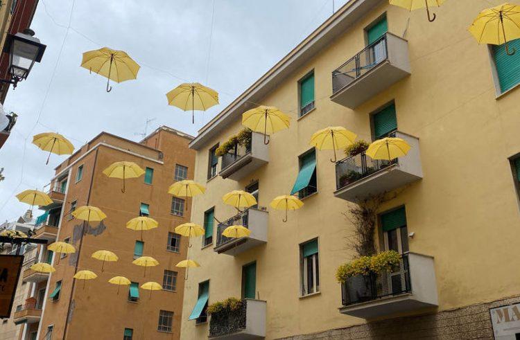 Via Trieste si tinge di giallo