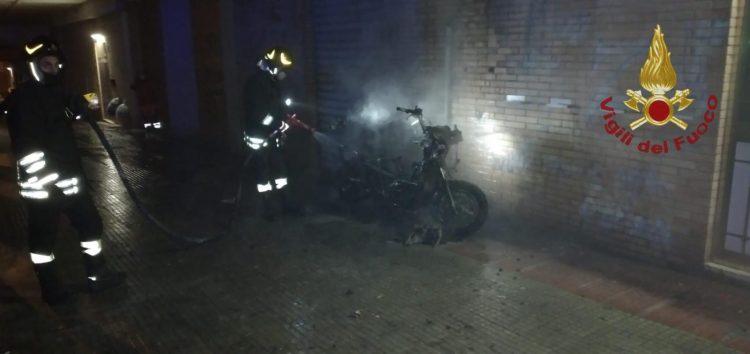 Scooter in fiamme in via De Gasperi: paura per i negozi vicini