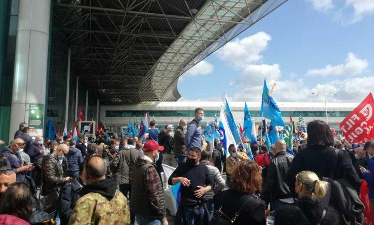 """Crisi Alitalia, in centinaia all'aeroporto      per dire """"no"""" ai licenziamenti foto"""