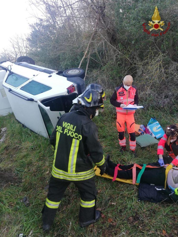 Auto si ribalta lungo la Braccianese Claudia: ferita una donna